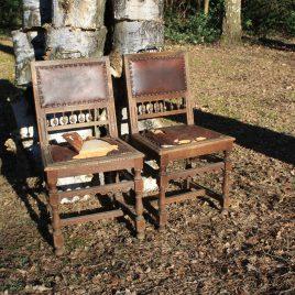 Twee eiken kasteelstoelen