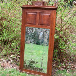 Reusachtige, oude spiegel met houten kader